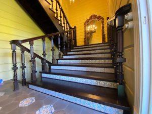 Деревянная лестница с отделкой подступенков плиткой