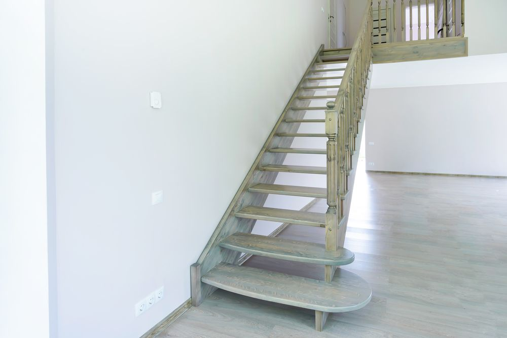 Прямая лестница с цветной тонировкой