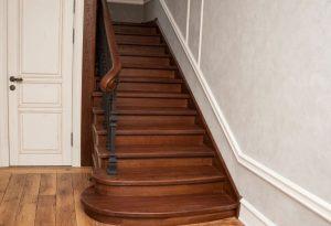 Отделка бетонной лестницы с использованием чугунных балясин
