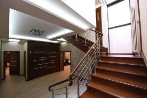 Поворотная лестница с металлическим ограждением