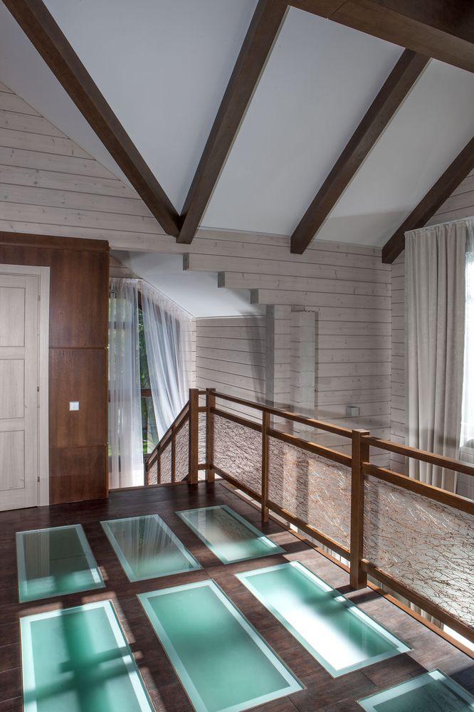 Лестница из массива дуба со стеклянным ограждением с виноградной лозой