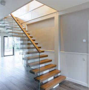 Прямая лестница на монокосоуре из массива дуба