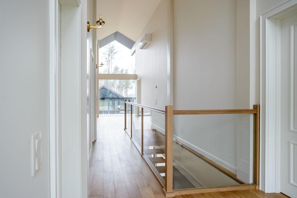 Загородный дом с современной лестницей и встроенной мебелью