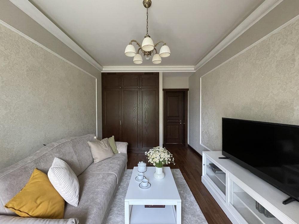 Квартира с мебелью из массива