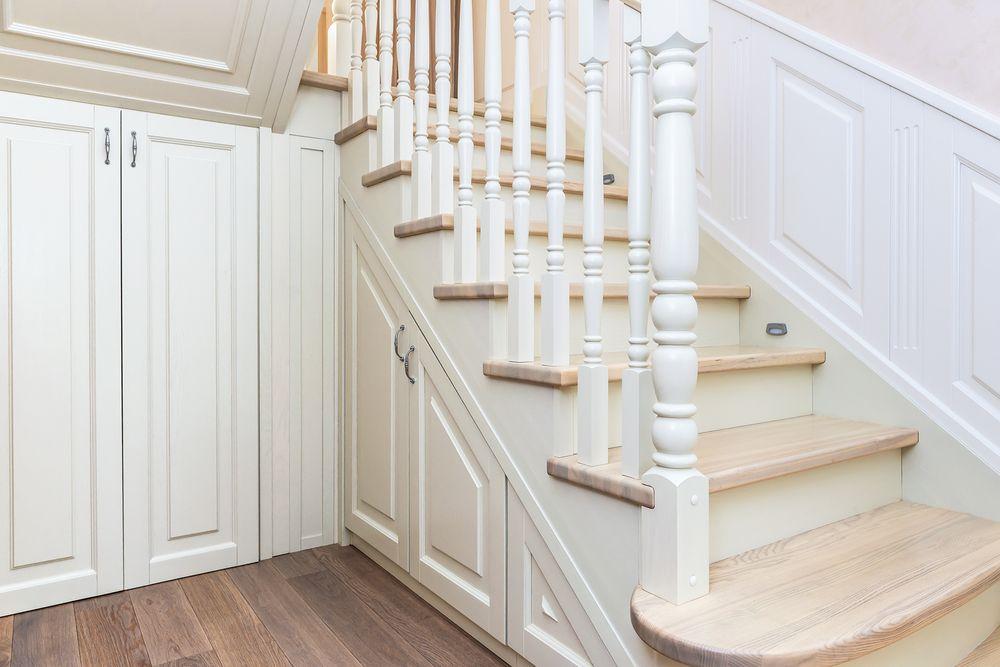 Лестница в классическом стиле из массива ясеня