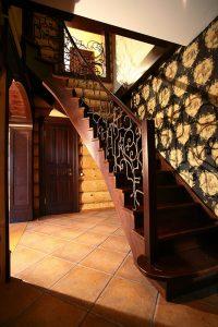 Лестница с ковкой и гнутым поручнем