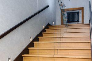 П-образная лестница с зеркалами на бетонном основании