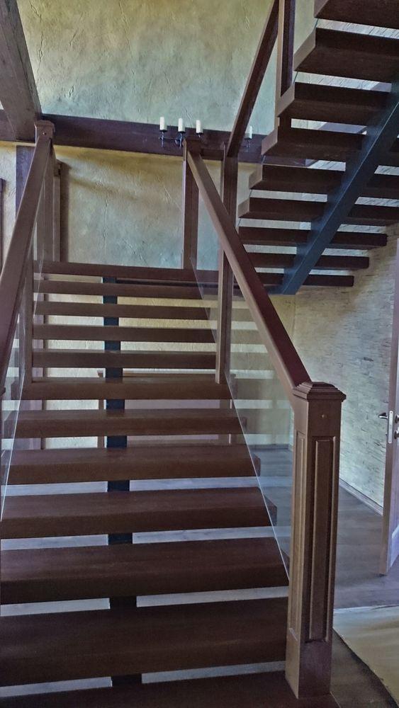 Лестница на металлическом каркасе со стеклянным ограждением