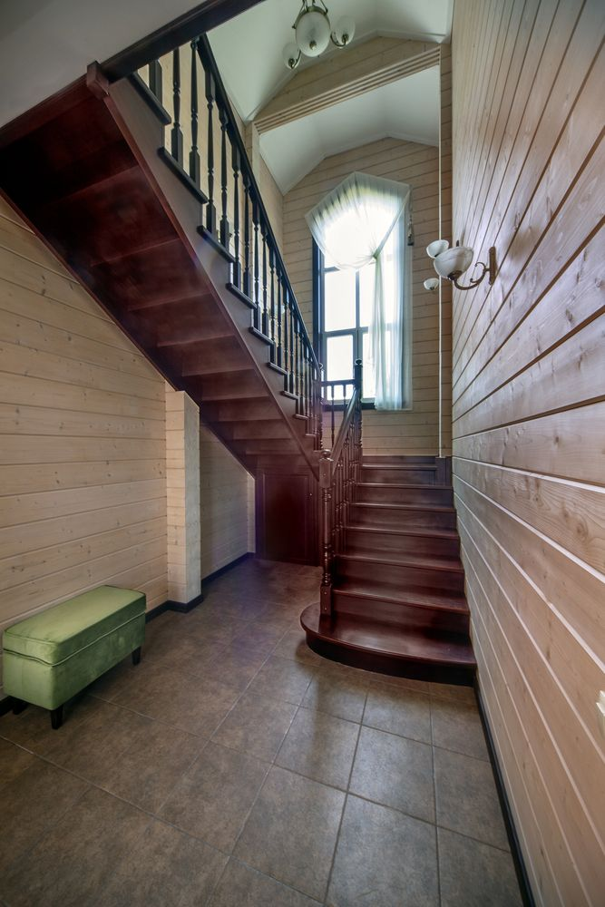 Деревянная лестница из лиственницы с площадкой