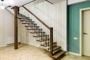 Лестница Г-образная на металлическом монокосоуре