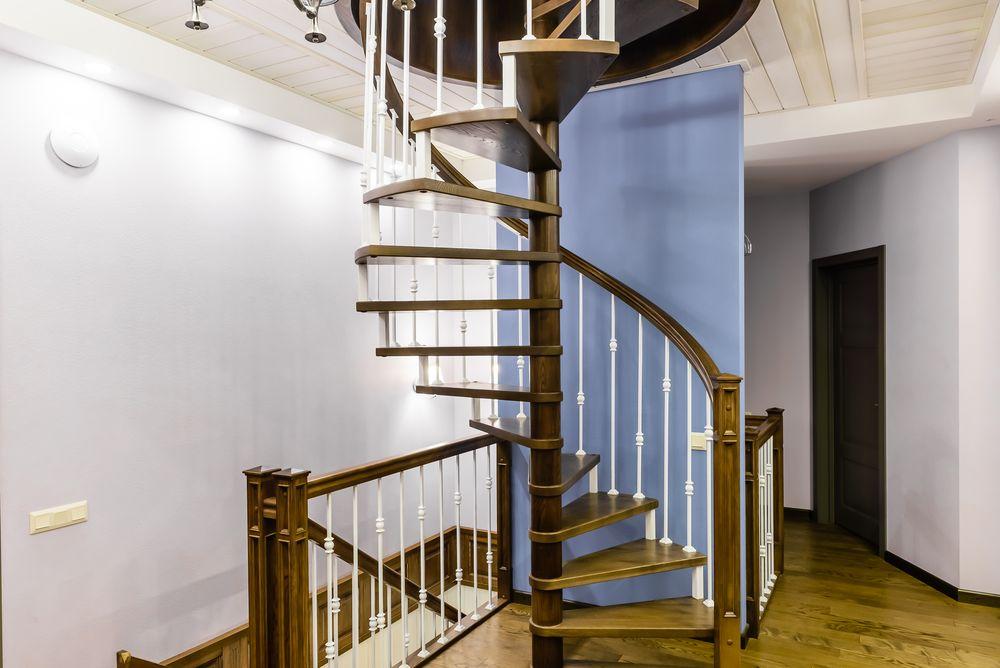 Винтовая лестница из массива с металлическими балясинами