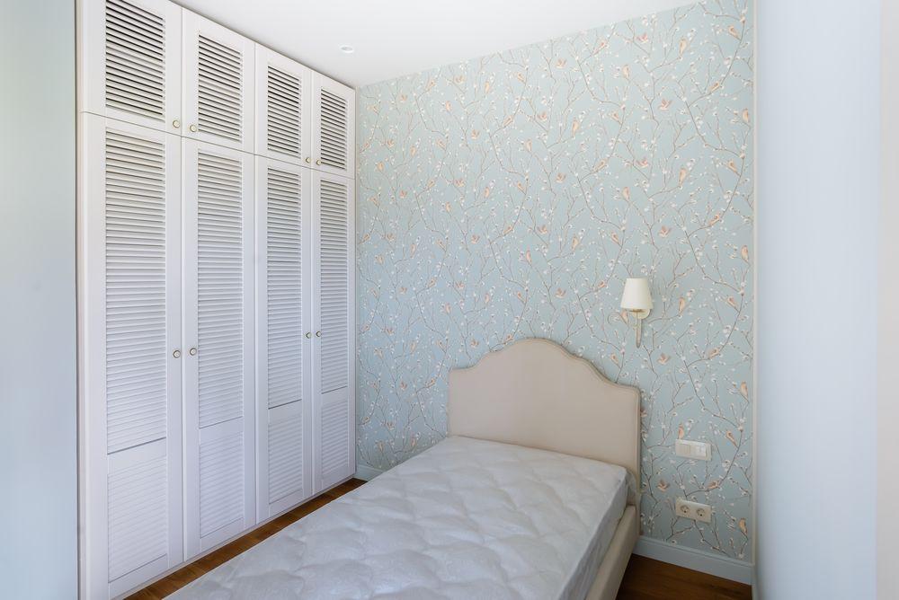 Встроенный шкаф с жалюзийными фасадами из массива бука