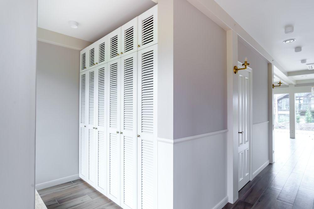Встроенный шкаф с жалюзийными дверцами из массива бука