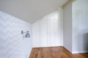 Встроенный шкаф на мансардном этаже