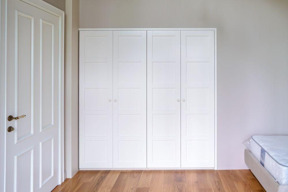 Распашной шкаф встроенного типа