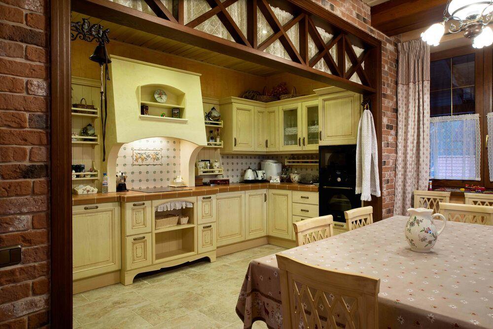 Оформление проёма между кухней и столовой