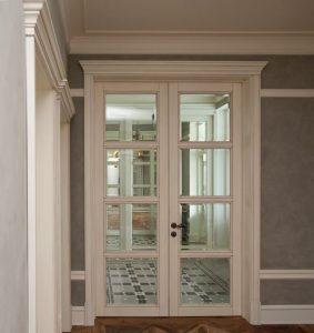 Двустворчатые эмалированные двери со стеклом