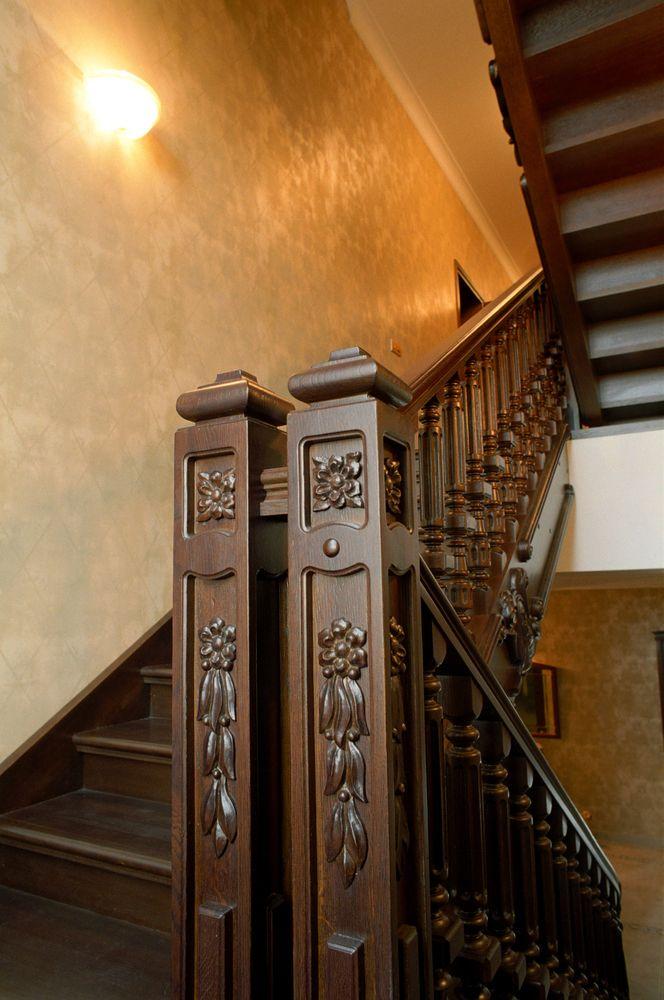 Лестница на тетиве с резным декором