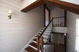Деревянная лестница от цокольного до второго этажа
