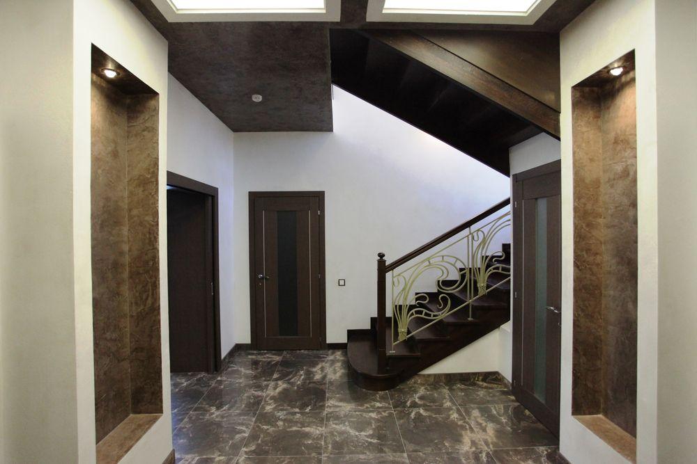 Лестница из массива бука с ковкой