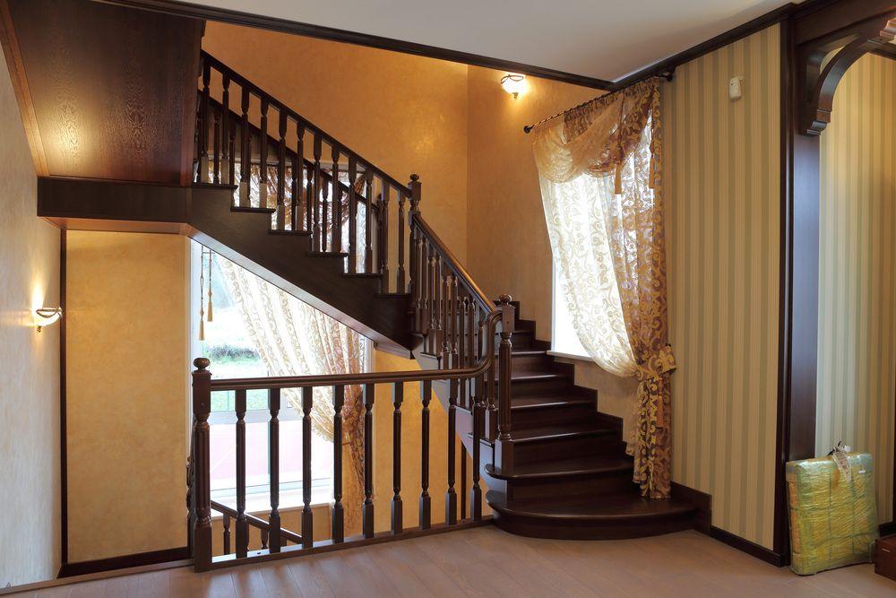 Дом с лестницей на третий этаж