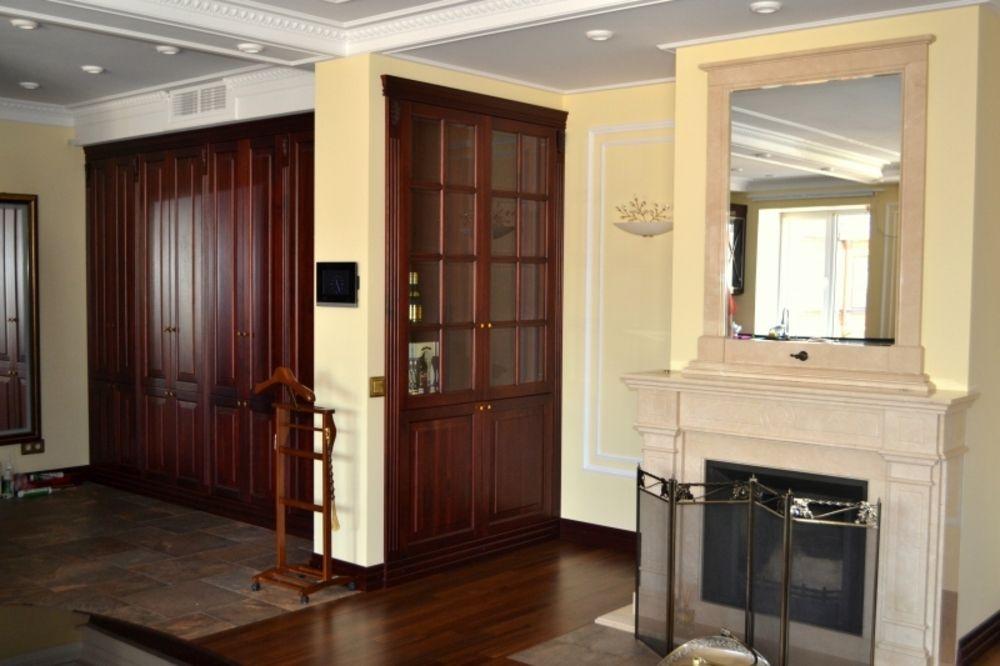 Встроенный шкаф с фасадами из массива ореха