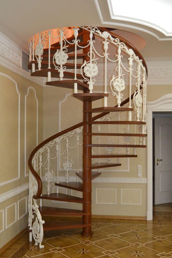 Винтовая лестница из дуба с ковкой