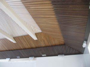 Оформление потолка рейками из лиственницы