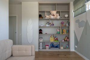 Встроенный стеллаж в детской комнате