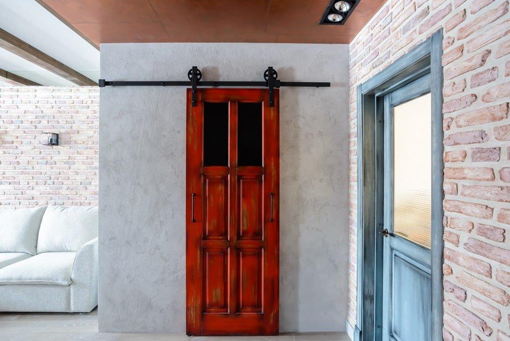 Амбарная дверь из массива дуба в стиле лофт
