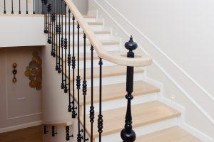 Лестница с металлическими балясинами бокового крепления