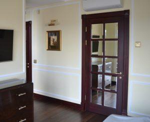 Межкомнатные двери из массива ореха с фацетным зеркалом