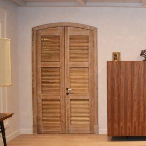 Жалюзийные двери из массива дуба