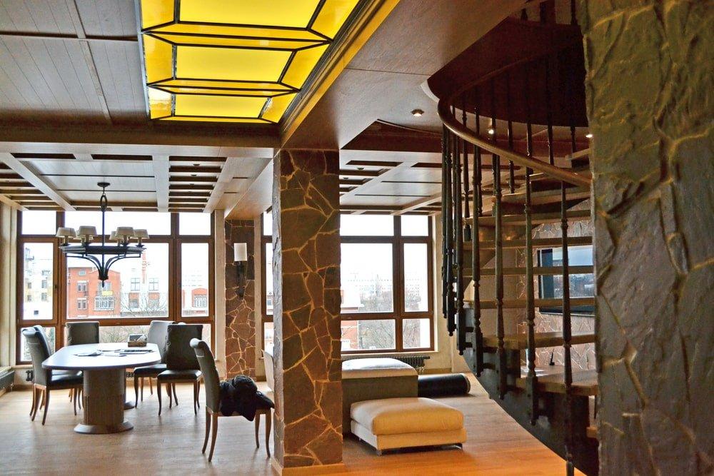 Кессонный потолок с витражами
