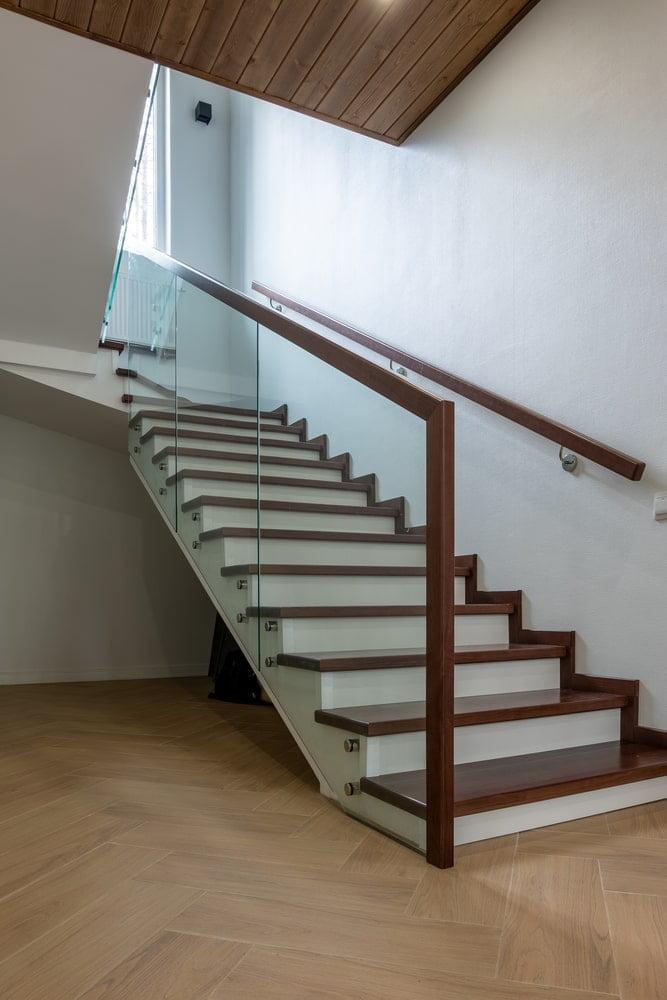 Лестница из бука со стеклянным ограждением