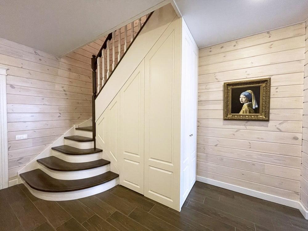 Лестница из дуба со скрытым шкафом