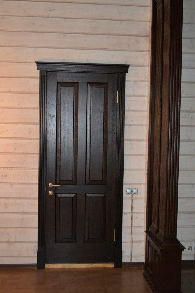 Межкомнатные двери из массива дуба с карнизами