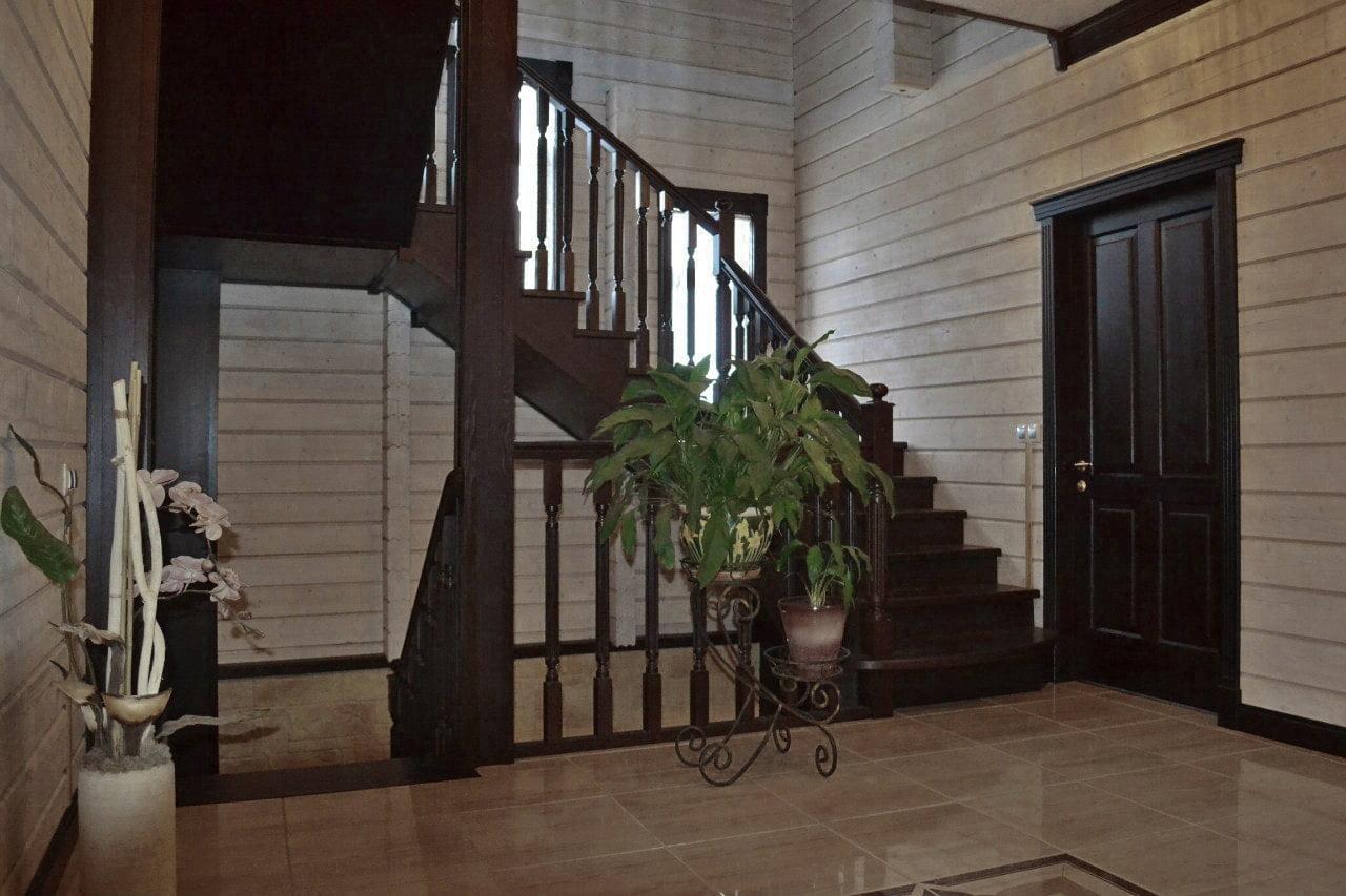 Самонесущая лестница из массива дуба