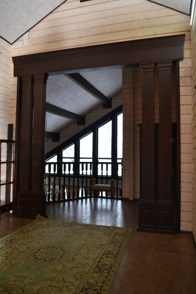 Деревянный портал с колоннами из дуба
