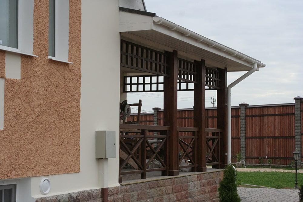 Деревянное ограждение террасы загородного дома