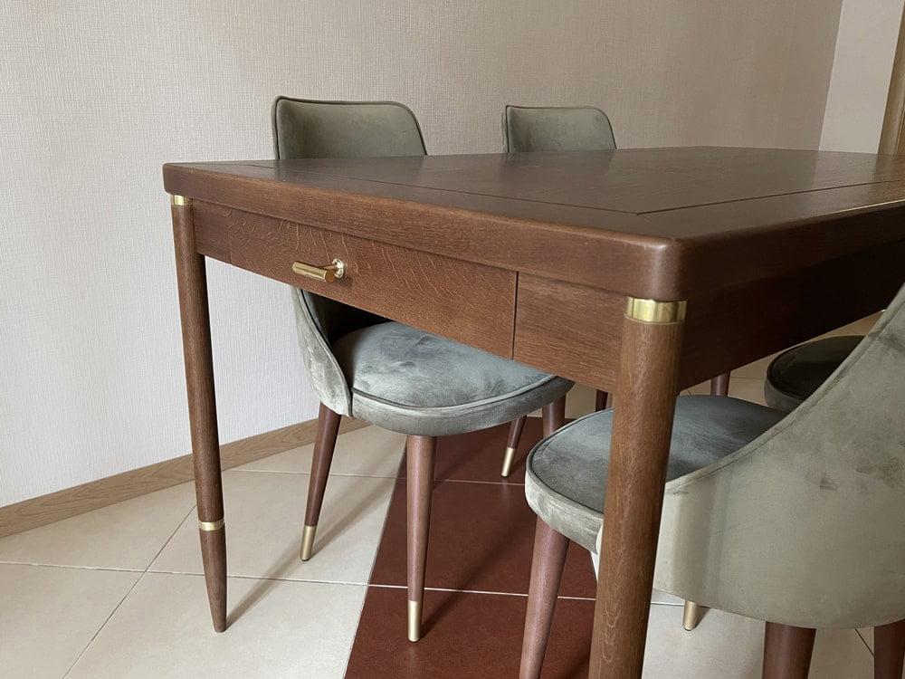 Обеденный стол из ясеня с латунной фурнитурой