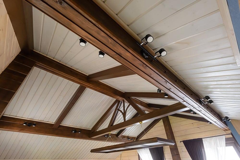 Потолочные балки с декоративным элементом