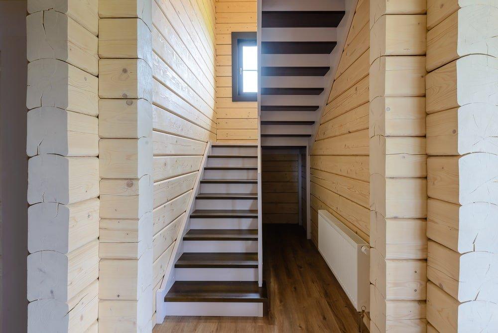 Самонесущая лестница из сосны и бука со стеклянным ограждением