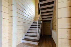 Деревянная лестница из сосны и бука со стеклянным ограждением