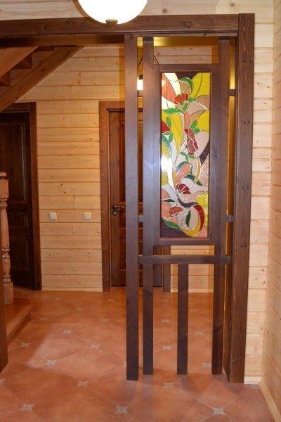 Межкомнатный деревянный портал с витражом