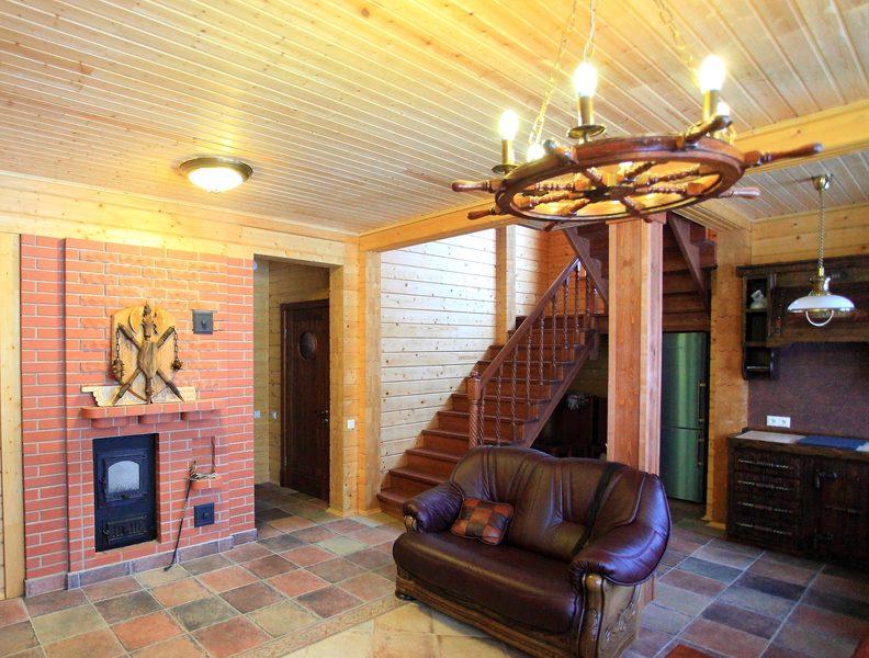 Лестница из сосны в деревянном доме